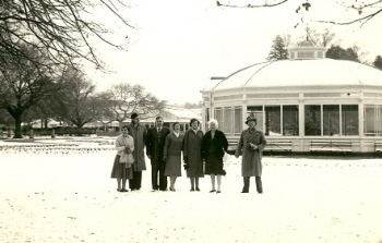 Ballarat Teachers' College staff at the Ballarat Botanical Gardens after heavy snow.(Cat.No. 6908.2)